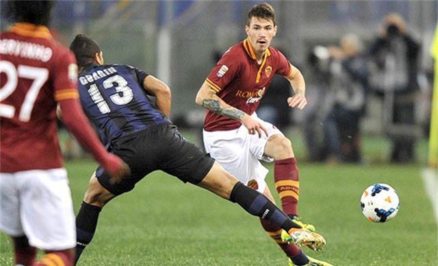 Trung vệ Alessio Romagnoli (phải) là mục tiêu dài hạn của Chelsea