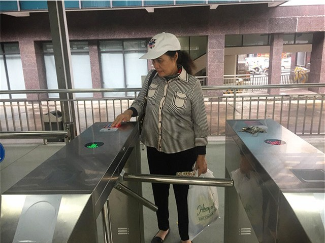 Hà Nội chính thức sử dụng vé điện tử tại xe bus nhanh BRT - Ảnh 1.