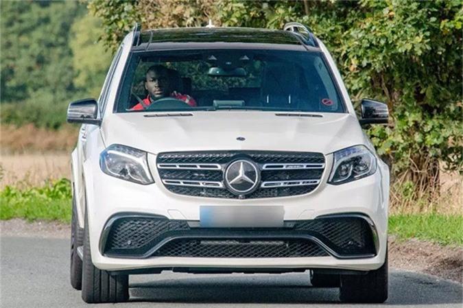 Vài tuần sau, giới săn ảnh lại thấy Lukaku tới khách sạn The Lowry ở Manchester với chiếc Mercedes-Benz AMG GLS 63 trị giá 115.000 bảng màu trắng. Chiếc SUV này nặng gần ba tấn, có tốc độ tối đa 270km/h.