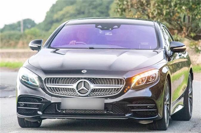 Hồi cuối tháng 9, sau khi MU bị đội bóng hạng Nhất Derby County loại ở Cup Liên đoàn Anh, Lukaku lái chiếc Mercedes-Benz S Class Coupe trị giá 120.000 bảng tới sân tập. Chiếc xe này có thể tăng tốc từ 0-96km/6 trong 4,2 giây.