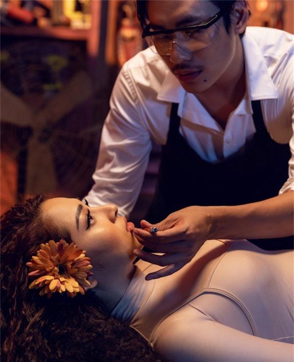 Bảo Anh sắm vai một trong những nàng búp bê được Kiều Minh Tuấn trang điểm, nâng niu mỗi ngày.