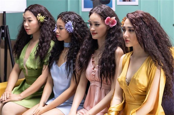Cô diễn cùng 3 vũ công sắm vai các cô búp bê tóc xù.