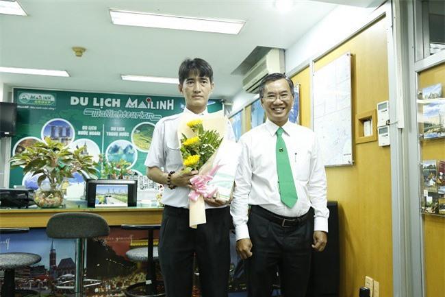 Ban Lãnh đạo Tập đoàn Mai Linh khen thưởng nóng cho lái xe Nguyễn Thành Đức (ảnh ML).