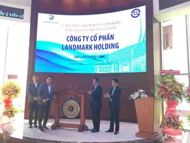 Nghi thức đánh cồng chào sàn của Ban lãnh đạo Công ty Landmark Holding (ảnh MH).