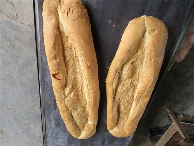 Bánh mì 'khổng lồ' Việt Nam dù vào top món ăn kì lạ nhưng không còn bán - ảnh 1