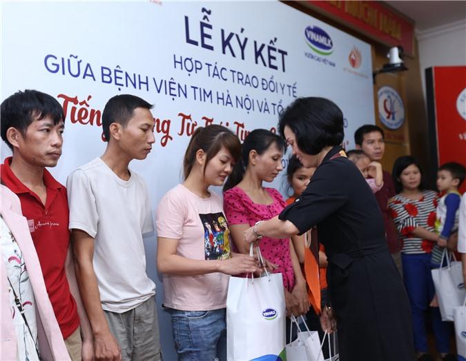 Bà Bùi Thị Hương – Giám đốc Điều hành Vinamilk tặng quà cho gia đình bệnh nhi được điều trị trong năm nay.