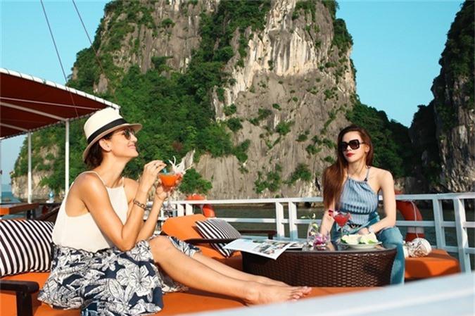 Ca sĩ Hồ Ngọc Hà (phải) và siêu mẫu Cindy Bishop - giám khảo Asias Next Top Model vừa có chuyến khám phá vịnh Hạ Long trong chương trình Việt Nam tươi đẹp. Trước đó, họ có dip được trải nghiệm bay thủy phi cơ riêng từ Hà Nội đến Hạ Long, ngắm nhìn một trong những kỳ quan thiên nhiên của thế giới từ trên cao.