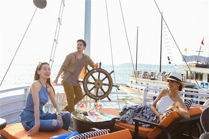 Nhà thiết kế Lý Quí Khánh cũng đồng hành trong chuyến đi. Ba nghệ sĩ chiêm ngưỡng vẻ đẹp của Vịnh Hạ Long trên du thuyền, thư giãn và thưởng thức bữa sáng.