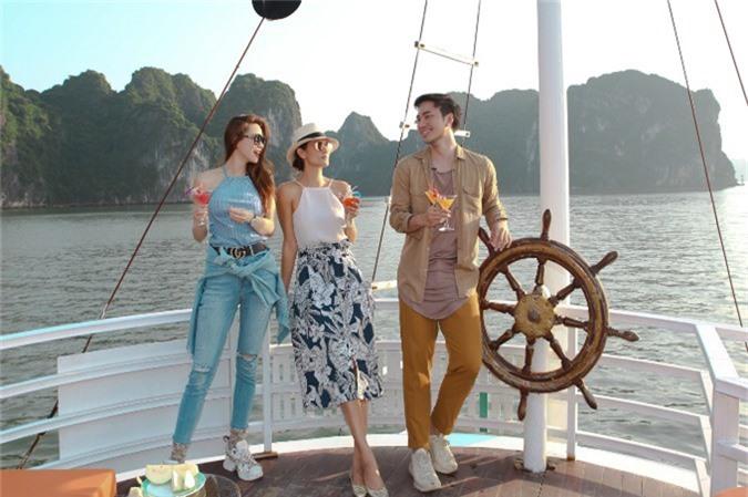 Cindy Bishop (giữa), sinh năm 1978,từng đăng quang cuộc thi Hoa hậu Thế giới Thái Lan 1996. Người đẹp nổi tiếngViệt Namqua vai trò host và giám khảo chương trình Asias Next Top Model. Cô quen biết Hồ Ngọc Hà khi nữ ca sĩ Việt Nam làm giám khảo khách mời tập 8 của Asias Next Top Model, vừa phát sóng tối 10/10.