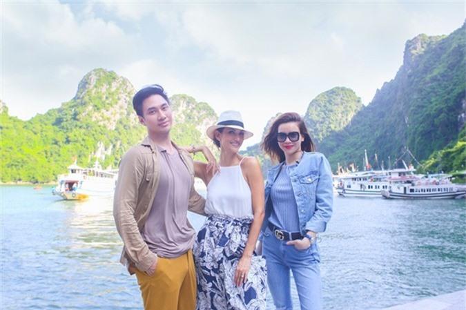Nhận lời mời của Hồ Ngọc Hà sang Việt Nam khám phá, Cindy vô cùng hào hứng và bày tỏ ngạc nhiêntrước sựkỳ vĩ của Vịnh Hạ Long đẹp như một bức tranh.