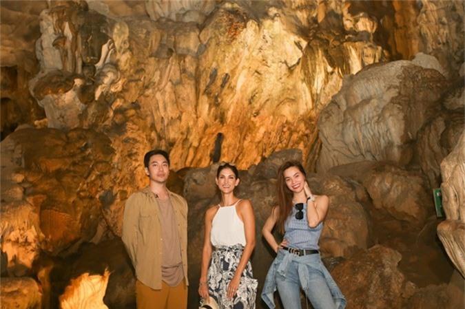 Nằm sâu bên trong lòng các đảo đá còn có nhiều hang động tuyệt đẹp mà một trong số đó là Động Thiên Cung một trong những hang động rộng và đẹp bậc nhất Vịnh Hạ Long. Khám phá động Thiên Cung, Cindy Bishop cùng Hồ Ngọc Hà và Lý Quí Khánh còn được lắng nghe những câu chuyện lịch sử và truyền thuyết hình thành nên động