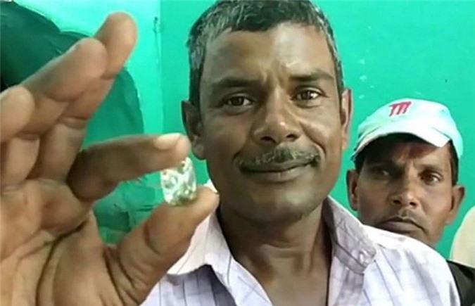 Ông Motilal Prajapati hạnh phúc khoe viên kim cương 42,59 carat.
