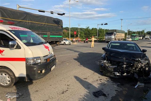 Clip: Mazda 6 'húc' xe cứu thương, 5 người thương nặng