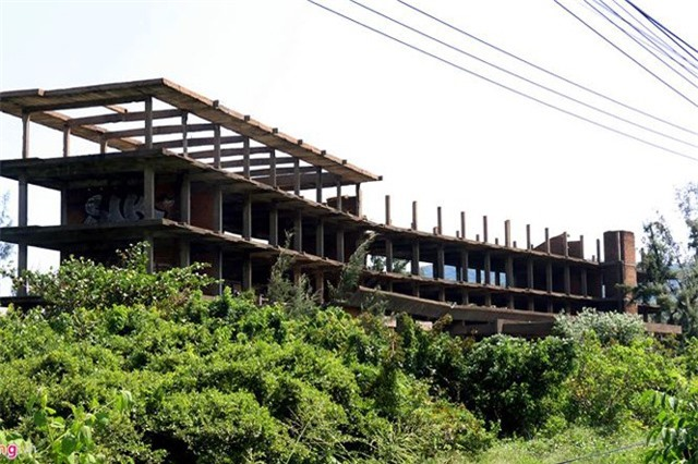 Khách sạn bỏ hoang 30 năm chờ sập bên bãi biển Đại Lãnh