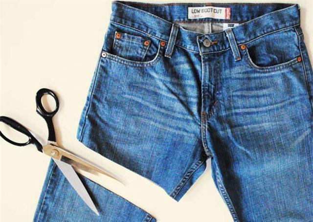 """Clip: Mẹo hay """"biến"""" quần jean cũ thành mới vừa đơn giản lại hợp mốt"""