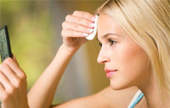 Tẩy trang sạch trước khi đi ngủ sẽ hạn chế bớt tình trạng lỗ chân lông to. Ảnh minh họa.