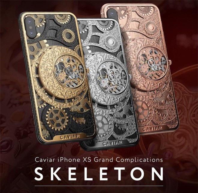 iPhone XS cực độc từ nước Nga, mang trên lưng cả một chiếc đồng hồ cơ lộ máy, giá từ 6.000 USD
