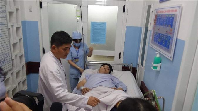 Bác sĩ Bệnh viện Nhân dân Gia Định thăm khám cho nạn nhân. Ảnh: BVCC