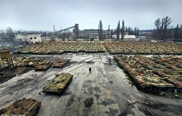 """""""Choáng"""" trước số lượng xe tăng trong tình trạng bảo quản sẵn sàng chiến đấu của Nga"""