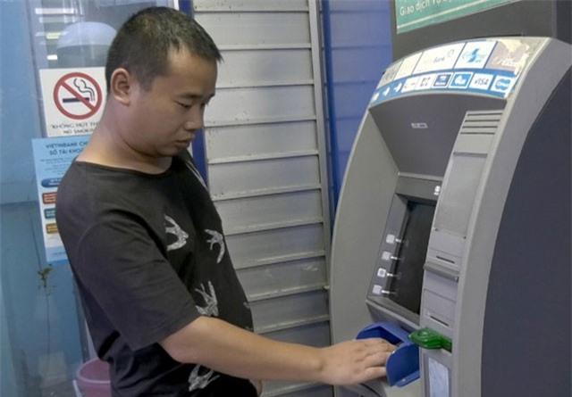 Người đàn ông Trung Quốc mang 102 thẻ ATM giả đi rút tiền