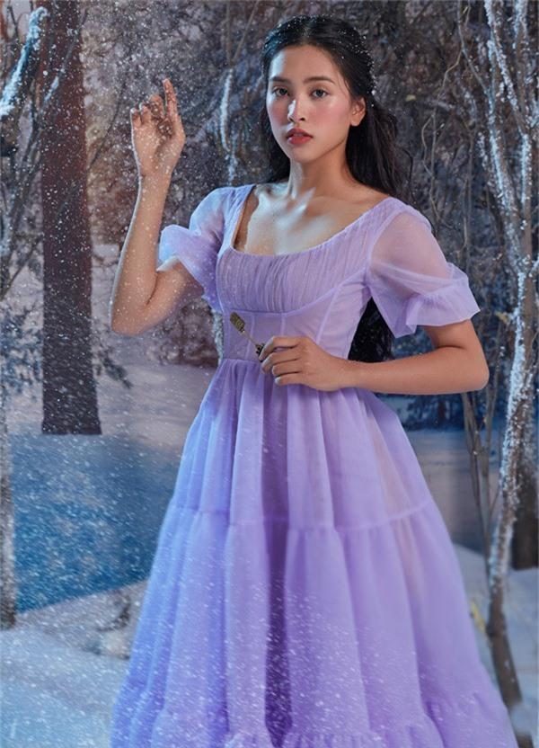 Tiểu Vy được hãng phim Disney mời tham gia buổi chụp ảnh quảng bá cho phim Kẹp hạt dẻ và bốn vương quốc. Cô tái hiện hình ảnh nhân vật Clara - cô bé xuất thân từ một gia đình bình thường, một ngày bỗng khám phá ra bí mật về thân thế danh giá của mình và lạc vào một thế giới mới.