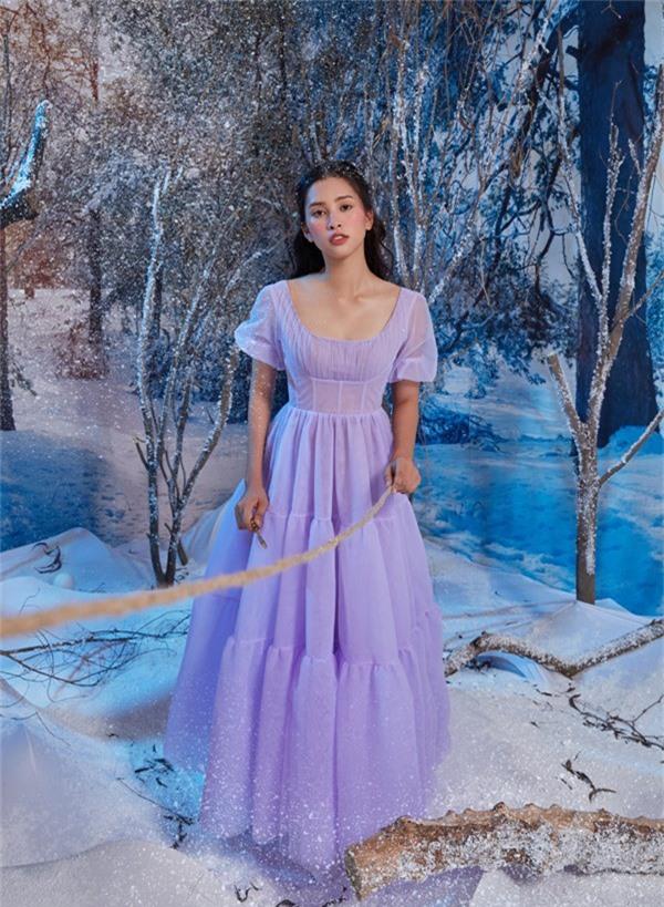 Hoa hậu Việt Nam 2018 xinh tươi trong bộ váy tím, diễn xuất giữa khung cảnh mùa đông tuyết trắng.