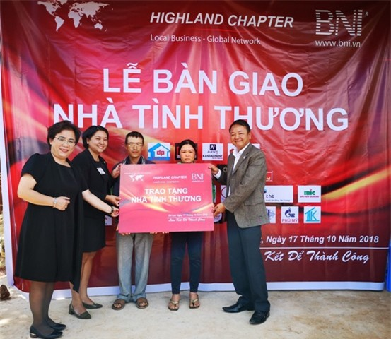 Đại diện BNI Lâm Đồng và chính quyền địa phương bàn giao nhà cho gia đình anh Phạm Minh Thanh (ảnh VH).