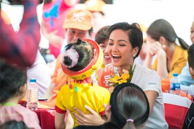 1.Với sự thân thiện, gần gũi của mình, Hoa hậu Hoàn vũ năm 2018 - H'Hen Niê sẽ làm Đại sứ truyền thông cho lễ hội cà phê Buôn Ma Thuật 2019 (Ảnh: Fb H'Hen Niê)