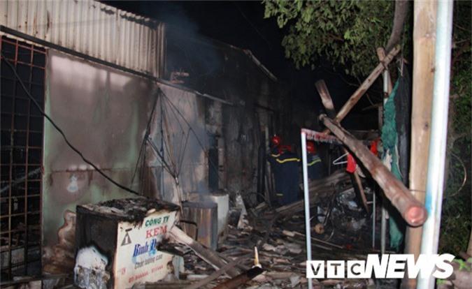 Mâu thuẫn gia đình, chồng đổ xăng đốt nhà khiến 3 người bỏng nặng. Do mâu thuẫn gia đình, người đàn ông đổ xăng đốt nhà khiến 3 người bị bỏng nặng. (CHI TIẾT)