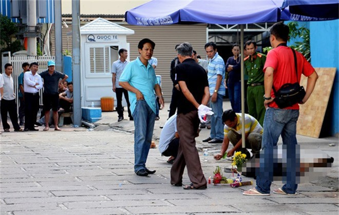 Hỗn chiến giữa đêm khuya, một người bị đâm chết. Trong khi hát karaoke ở Khánh Hòa, hai nhóm xảy ra mâu thuẫn, một người bị đâm chết tại chỗ. (CHI TIẾT)