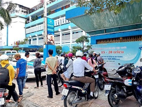 Nhiều người dân đến trước khách sạn Quốc Tế tìm hiểu vụ việc trong buổi sáng cùng ngày