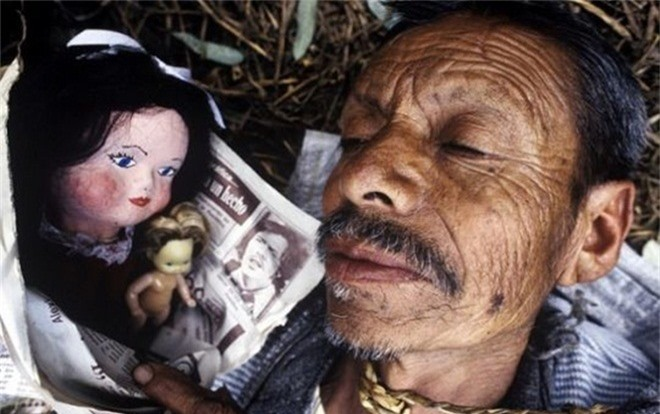 Don Julian Santana Barrera đã phát hiện thi thể của cô gái nổi lên trong con kênh giữa rừng. Ảnh: Toptenz