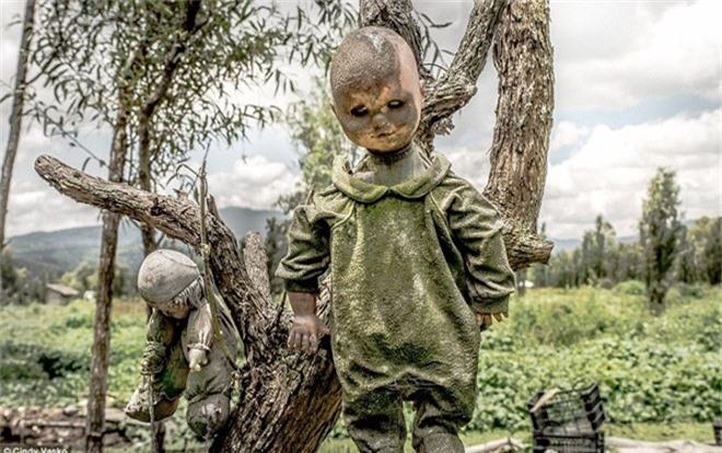 Barrera đã nhặt búp bê và treo lên cây để tỏ lòng tôn trọng và cũng là để an ủi linh hồn đứa trẻ đã chết.