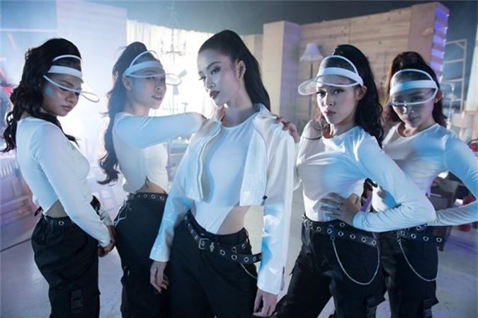 Những ngày sắp tới Đông Nhi dành thời gian thực hiện các tour diễn quảng bá ca khúc Xin lỗi anh quá phiền và tiếp tục chuẩn bị cho dự án kỷ niệm 10 năm ca hát.