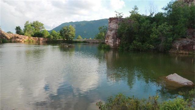 Nước hồ trong vắt in bóng mây trời