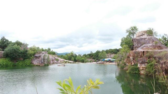 Bao quanh hồ núi đá sần sùi, nhiều màu sắc