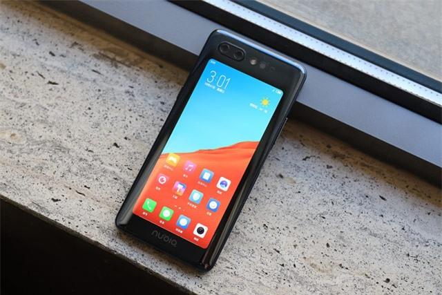 Màn hình phụ bằng tấm nền OLED 5,1 inch, độ phân giải HD Plus (1.520x720 pixel). Cả màn hình trước và sau đều bảo vệ bởi kính cường lực Corning Gorilla Glass 3.