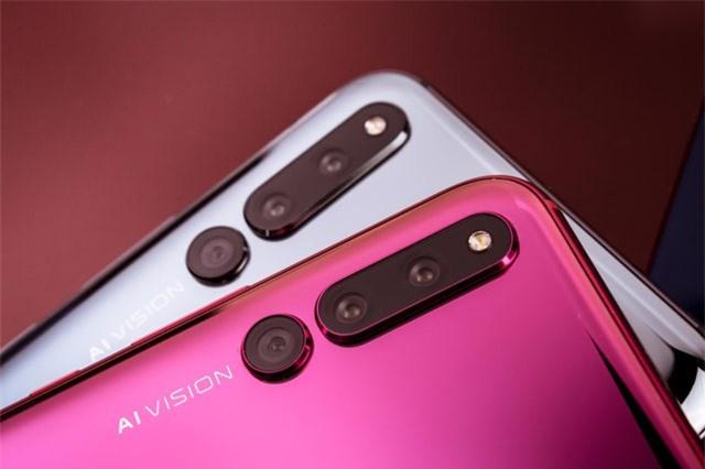 Điểm nhấn đáng chú ý của Honor Magic 2 là máy được trang bị tới 6 camera. Trong số 3 máy ảnh sau, cảm biến chính 16 MP, khẩu độ f/1.8 cho khả năng lấy nét theo pha. Cảm biến góc rộng 16 MP, f/2.2 và cảm biến đơn sắc 24 MP, f/1.8. Bộ ba này được trang bị đèn flash LED, quay video 4K.