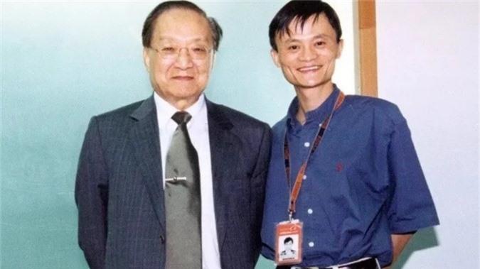 Bức ảnh lưu niệm chụp với Kim Dung mới được Jack Ma (Thiên Hành - hiệu do Kim Dung đặt) công bố trên Weibo.