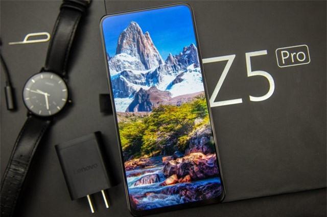 Z5 Pro sử dụng tấm nền màn hình Super AMOLED kích thước 6,3 inch, độ phân giải Full HD Plus (2.340x1.080 pixel), mật độ điểm ảnh 403 ppi. Màn hình này được chia theo tỷ lệ 19,5:9, chiếm 95,06% diện tích mặt trước.