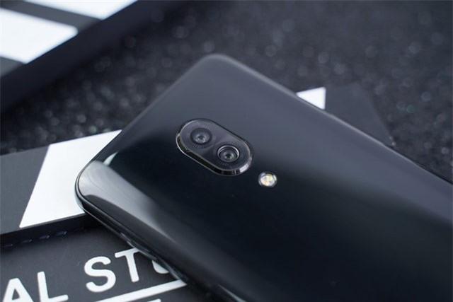 Bộ đôi camera sau của Lenovo Z5 Pro có độ phân giải 16 MP, khẩu độ f/1.8 cho khả năng lấy nét theo pha và 24 MP, f/2.8 giúp chụp ảnh xóa phông. Bộ đôi này được trang bị đèn flash LED kép, quay video 4K.