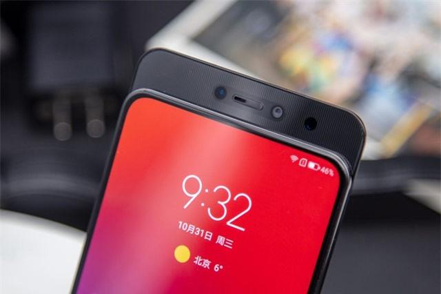 Đúng như thông tin rò rỉ trước đó, Lenovo Z5 Pro sở hữu camera selfie dạng trượt với độ bền 300.000 lần, hỗ trợ ghi hình Full HD. Trong đó, cảm biến chính 16 MP, f/2.2 và cảm biến phụ 8 MP. Cả máy ảnh trước và sau đều được tích hợp trí tuệ nhân tạo (AI).