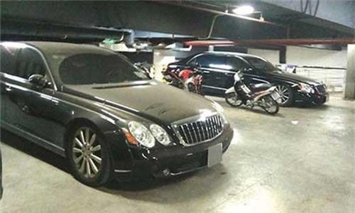 """Chủ tịch Trung Nguyên""""vứt xó"""" xe sang cả chục tỷ đồng. Chiếc xe siêu sang Maybach 62S màu trắng bị bắt gặp trong một bãi đỗ xe của khách sạn 5 sao ở Hà Nội với ngoại thất đóng bụi dày đặc. Bên trong bãi xe này còn có 1 chiếc Rolls-Royce Phantom cũng thuộc sở hữu của Chủ tịch Trung Nguyên. (CHI TIẾT)"""