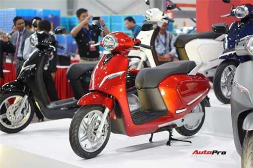 VinFast Klara trình làng: Xe máy điện thông minh đi 80 km/sạc, vận tốc 50 km/h. Mẫu xe máy điện thông minh đầu tiên của VinFast được tích hợp nhiều công nghệ hiện đại bên trong thiết kế điệu đà nhưng giá bán lại phù hợp với đại đa số người Việt. (CHI TIẾT)