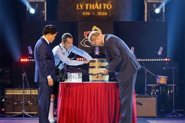 Chủ tịch Hà Nội Nguyễn Đức Chung và Đại sứ Cộng hòa Liên bang Đức thực hiện nghi thức khui bia (ảnh TTXVN)