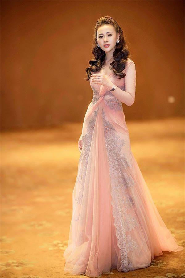 Xuất thân từ người mẫu, Phương Oanh nổi bật với lợi thế về chiều cao và nhan sắc xinh đẹp. Ảnh: Vietnamnet