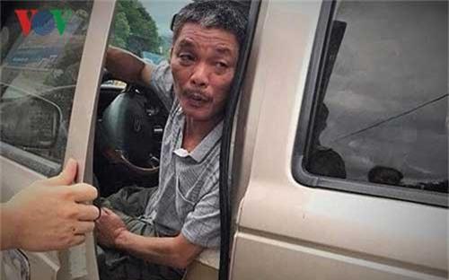"""Tạm giam 4 tháng đối tượng """"say xỉn"""" tông chết 1 phụ nữ, 1 trẻ em. Một đối tượng nam giới tại thành phố Lào Cai vừa bị bắt tạm giam trong thời gian 4 tháng, vì hành vi lái xe sau khi sử dụng rượu bia quá mức gây tai nạn chết người.  (CHI TIẾT)"""