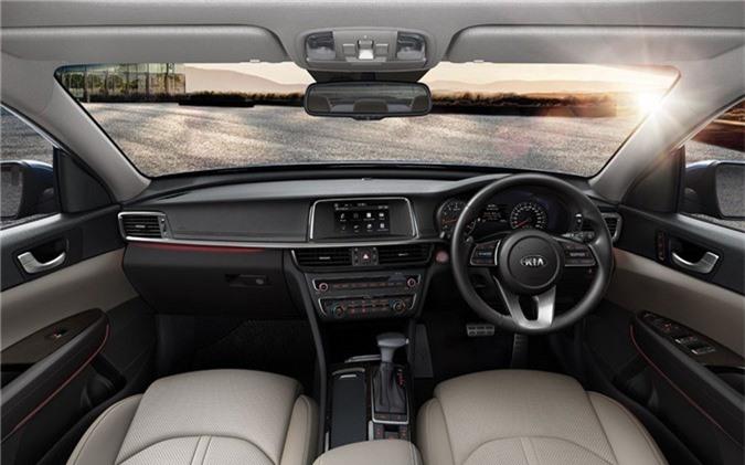 Khoang ca-bin của Optima GT 2019 vẫn giữ dáng dấp phiên bản bản cũ, nhưng được nâng cấp với màn hình trung tâm cảm ứng 7 inch, hệ thống điều hòa hai vùng độc lập tích hợp công nghệ lọc Closer Ionizer, hệ thống sưởi và thông gió cho hàng ghế phía trước, vô-lăng và ghế ngồi bọc da, ghế lái chỉnh điện 8 hướng với chức năng ghi nhớ vị trí và đèn LED trang trí nội thất.