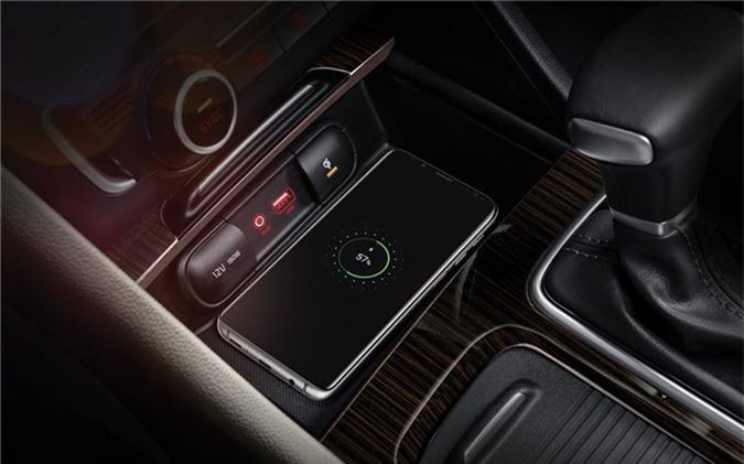 Các trang bị tiện nghi khác trên Optima GT 2019 gồm: màn hình thông tin phụ 4,3 inch, cửa sổ trời, cổng USB 12V, sạc không dây chuẩn Qi, nút điều chỉnh chế độ lái, phanh tay điện tử, lẫy chuyển số, khởi động nút bấm Start/Stop, hệ thống âm thanh Krell và tấm che nắng cho hàng ghế sau.