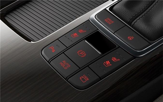 Về an toàn, Kia Optima GT 2019 được trang bị 6 túi khí, phanh tay điện tử, camera 360 độ, hệ thống kiểm soát hành trình thích ứng, hỗ trợ giữ làn đường, hỗ trợ đỗ xe và cảnh báo va chạm trước/sau, ổn định thân xe điện tử và kiểm soát lực kéo.
